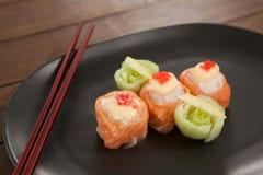 Sushi för nigiri tre tjänade som i svart platta med pinnar Royaltyfria Bilder