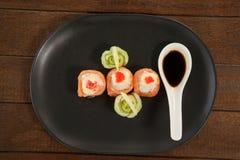 Sushi för nigiri tre tjänade som med soya i svart platta Arkivfoton