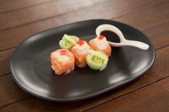 Sushi för nigiri tre tjänade som med soya i svart platta Royaltyfria Bilder