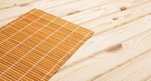 sushi för rice för bakgrundspinnenori bambuservett på träbakgrund royaltyfri foto