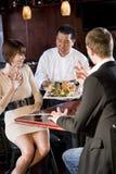 sushi för serving för restaurang för kockkunder japanska arkivbild