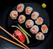 sushi för svart platta Arkivbilder