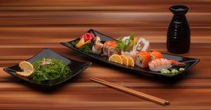 sushi för svart platta Fotografering för Bildbyråer