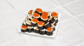 Sushi faits maison avec le caviar rouge sur s blanc Image libre de droits