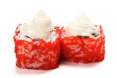 Sushi faits maison avec le tobiko rouge et le fromage fondu d'isolement Photo libre de droits