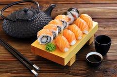 Sushi faits maison avec les saumons, la chair de crabe, le concombre et le wasabi image libre de droits