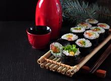 Sushi faits maison végétariens avec l'avocat, la tomate, les poivrons et la laitue photographie stock