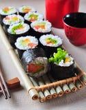 Sushi faits maison végétariens avec l'avocat, la tomate, les poivrons et la laitue images stock