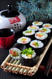 Sushi faits maison végétariens avec l'avocat, la tomate, les poivrons et la laitue photos stock