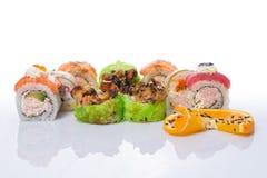 Sushi fijado con diverso tipo de pescados foto de archivo