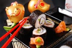 Sushi fijado con los salmones y el aguacate Foto de archivo
