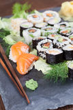 Sushi fijado en una piedra de la pizarra Foto de archivo libre de regalías