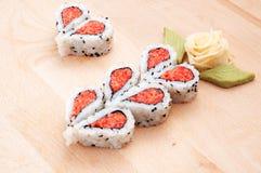 Sushi formant des coeurs et des formes de fleur Photographie stock libre de droits