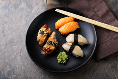 Sushi frais de plat noir photos libres de droits
