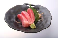 Sushi frais de thon avec le wasabi sur un plat noir Photos libres de droits