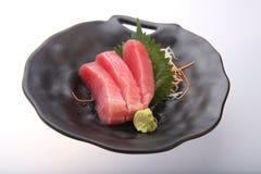 Sushi frais de thon avec le wasabi sur un plat noir Image stock
