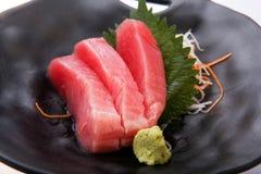 Sushi frais de thon avec le wasabi sur un plat noir Image libre de droits