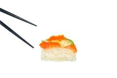 Sushi freschi con i bastoncini neri su fondo bianco Fotografia Stock