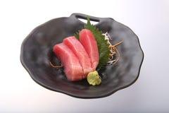Sushi freschi del tonno con wasabi su un piatto nero Immagine Stock
