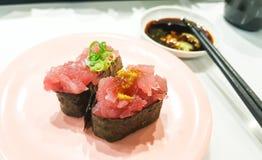 Sushi freschi sulla tavola con wasabi Fotografia Stock Libera da Diritti