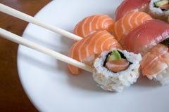 Sushi fresco em uma bacia branca com hashis Imagens de Stock Royalty Free