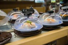 Sushi fresco pronto para servir no restaurante das correias transportadoras Imagem de Stock