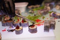 Sushi fresco y delicioso del maki y del nigiri Shalow DOF imagen de archivo
