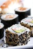 Sushi gedient auf Platte Lizenzfreie Stockbilder