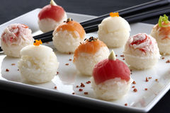 Sushi gedient auf Platte Lizenzfreie Stockfotos