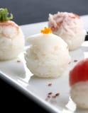 Sushi gedient auf Platte Stockbilder