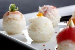 Sushi gedient auf Platte Lizenzfreie Stockfotografie
