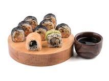 Sushi gesetztes nigiri und Sushirollen auf hölzernem dienendem Brett mit Sojasoße stockfotografie