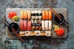 Sushi gesetztes nigiri und Sushirollen für zwei Stockfotos