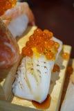 Sushi giapponesi autentici e tradizionali con i vari generi di f fotografie stock