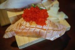 Sushi giapponesi autentici e tradizionali con i vari generi di f immagini stock