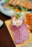 Sushi giapponesi autentici e tradizionali con i vari generi di f fotografia stock