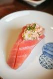 Sushi giapponesi autentici e tradizionali con i vari generi di f immagine stock