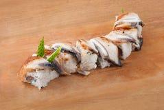 Sushi giapponesi con l'anguilla sulla zolla di legno Immagine Stock Libera da Diritti