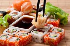 Sushi giapponesi tradizionali dell'alimento Immagine Stock