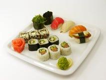 Sushi giapponesi tradizionali su una zolla bianca Fotografia Stock