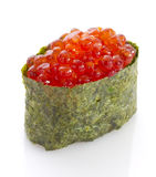 Sushi gunkan con il caviale rosso Tobico Tobiko Isolato Immagini Stock
