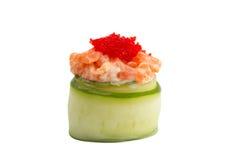 Sushi gunkan en el pepino aislado en el fondo blanco Fotos de archivo libres de regalías