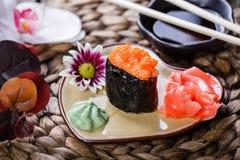 Sushi Gunkan-maki mit Lachskaviar auf Platte in Form von Herzen auf Bambusmatte, selektiver Fokus Stockfotos