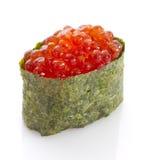 Sushi gunkan met rode kaviaar Tobico Tobiko Geïsoleerde Stock Afbeeldingen