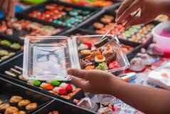 Sushi i den thailändska marknaden Fotografering för Bildbyråer
