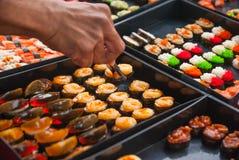 Sushi i den thailändska marknaden Arkivfoton