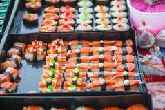 Sushi i den thailändska marknaden Arkivbild