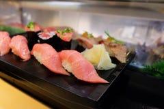 Sushi i en japansk restaurang royaltyfria foton