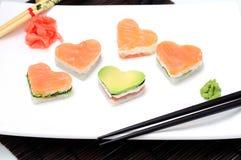 Sushi i forma av en hjärtavalentindag arkivbilder
