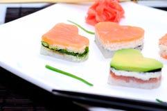 Sushi i forma av en hjärtavalentindag royaltyfria bilder